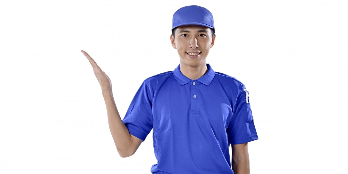 右手を上げる男性のスタッフ