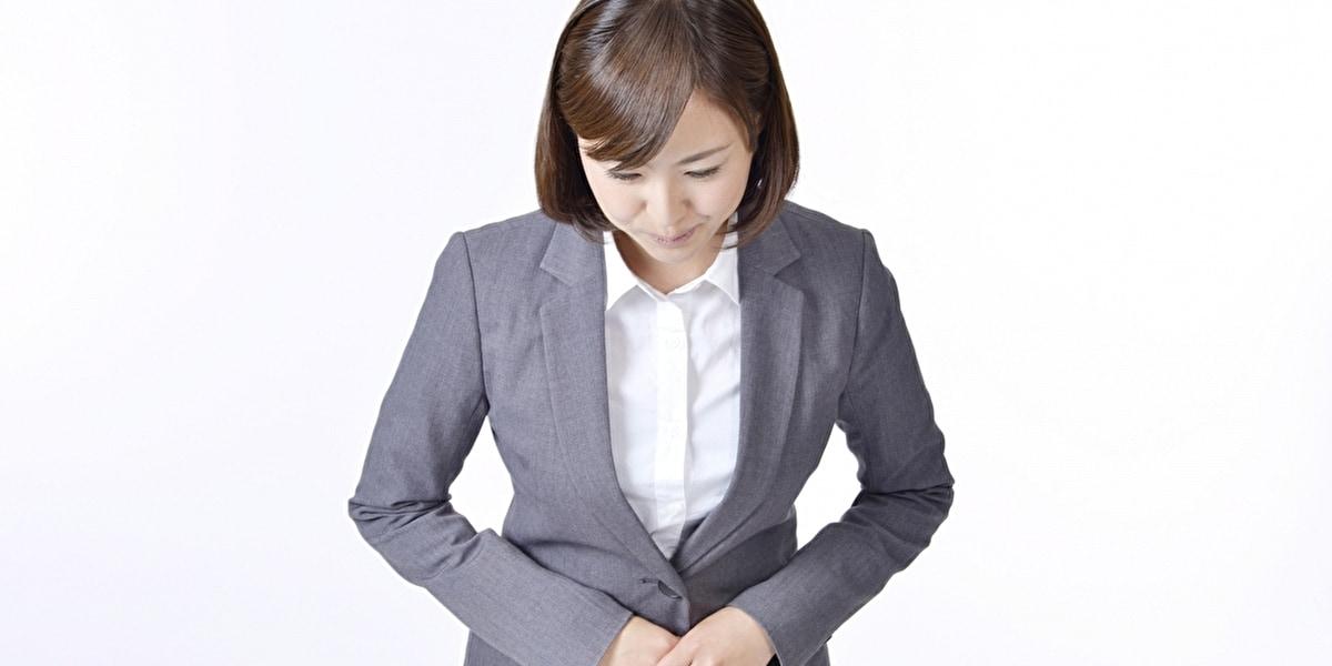 お辞儀をする女性スタッフ
