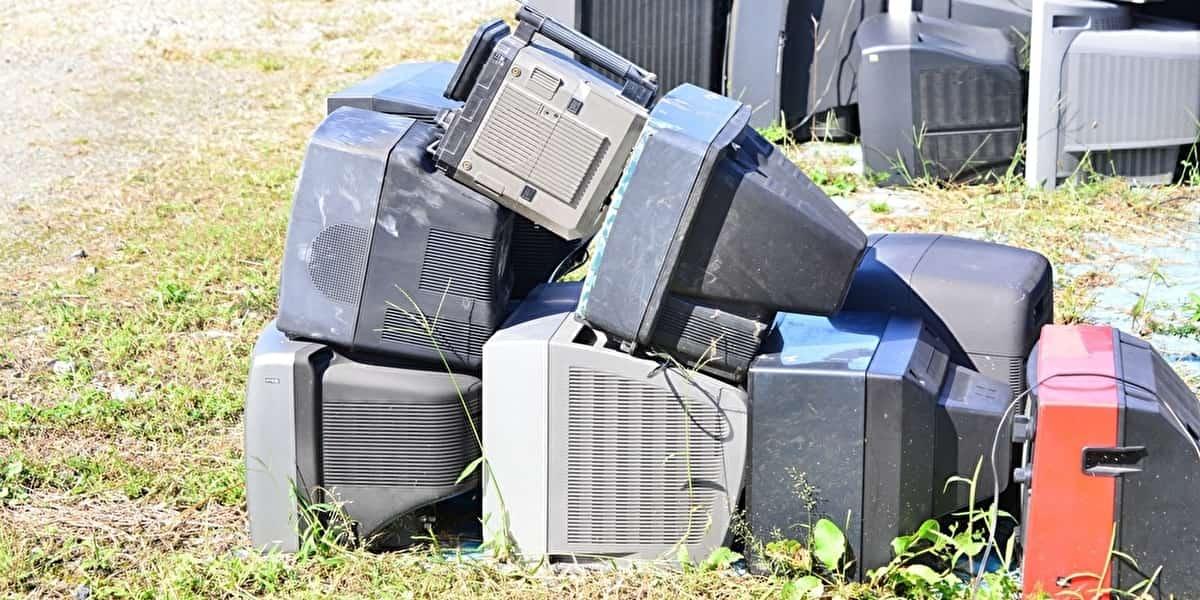 空き地で回収されたテレビなど