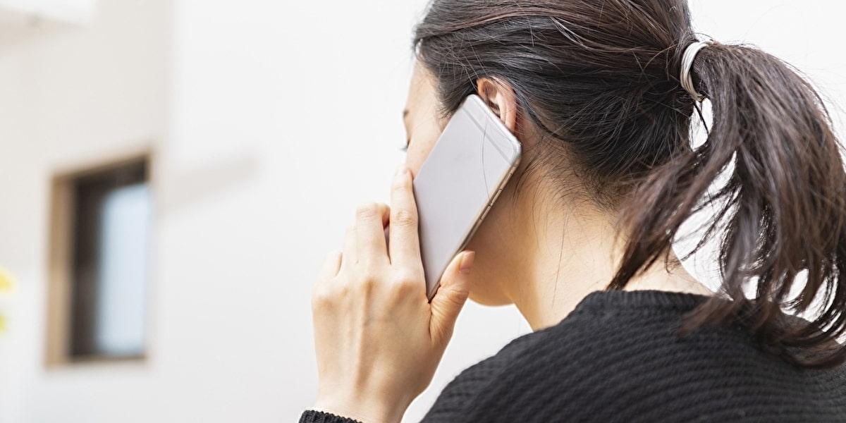 スマホから電話をかける女性