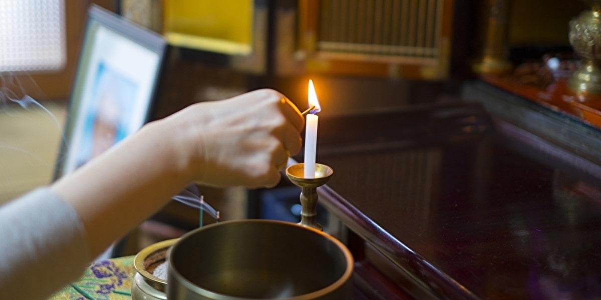 お盆で仏壇にてお参り