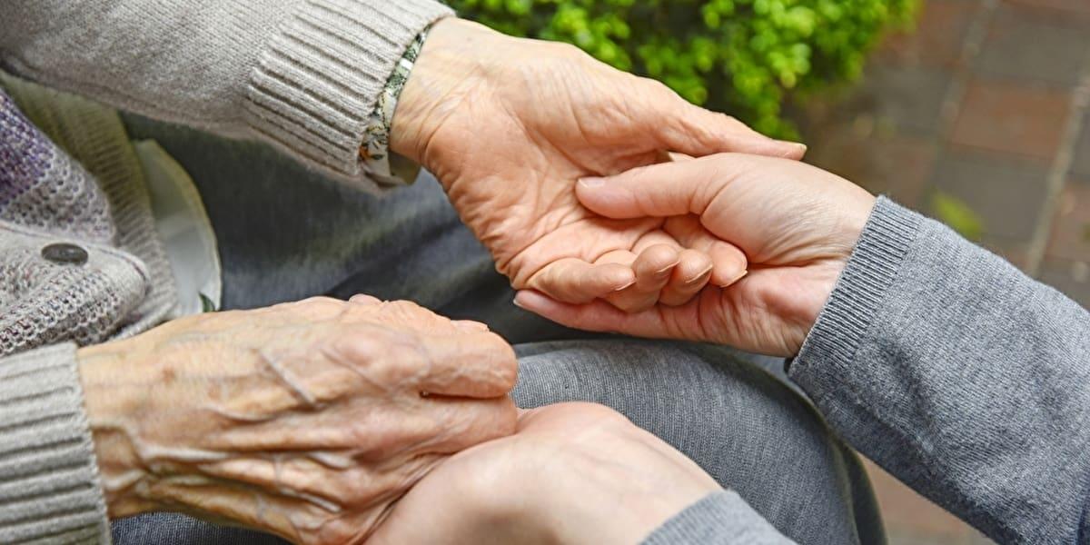 高齢者を支える手