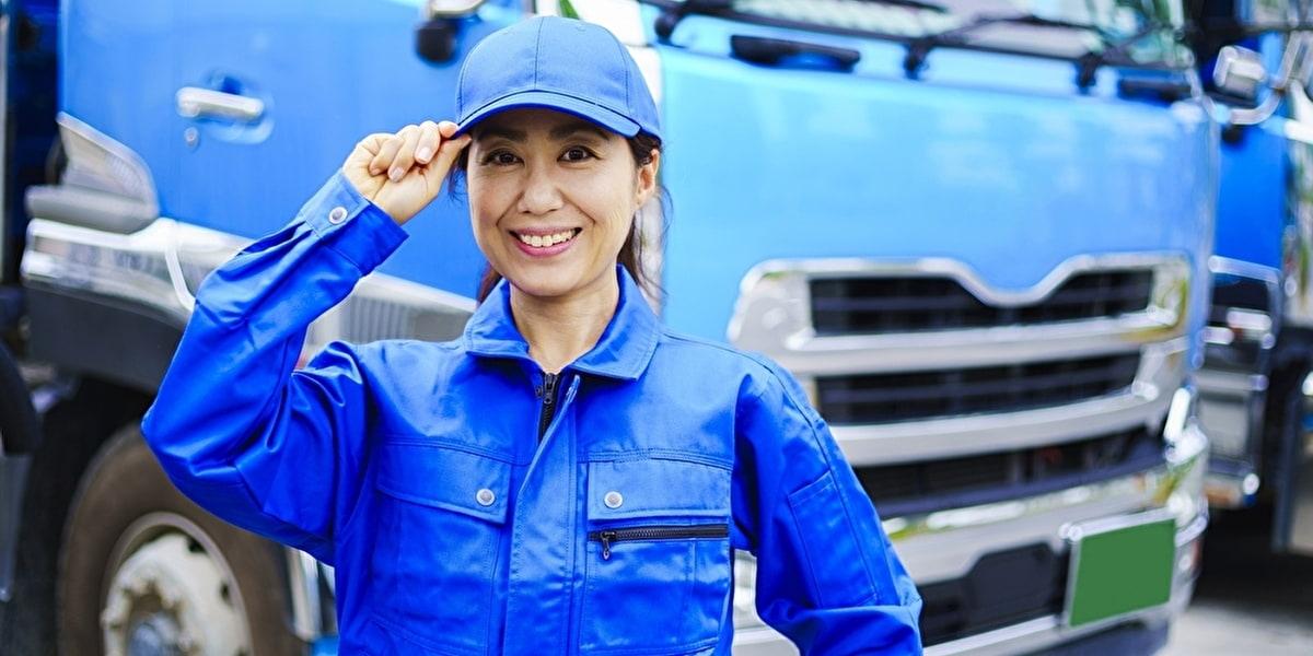 不用品回収業者のスタッフとトラック