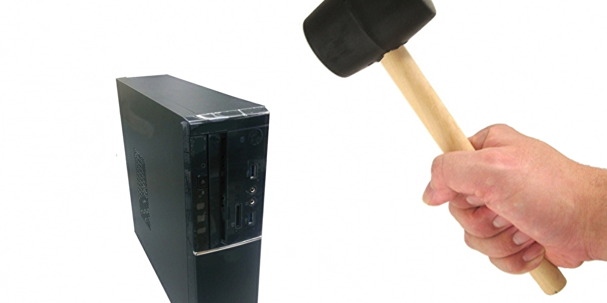 パソコン本体をハンマーで破壊